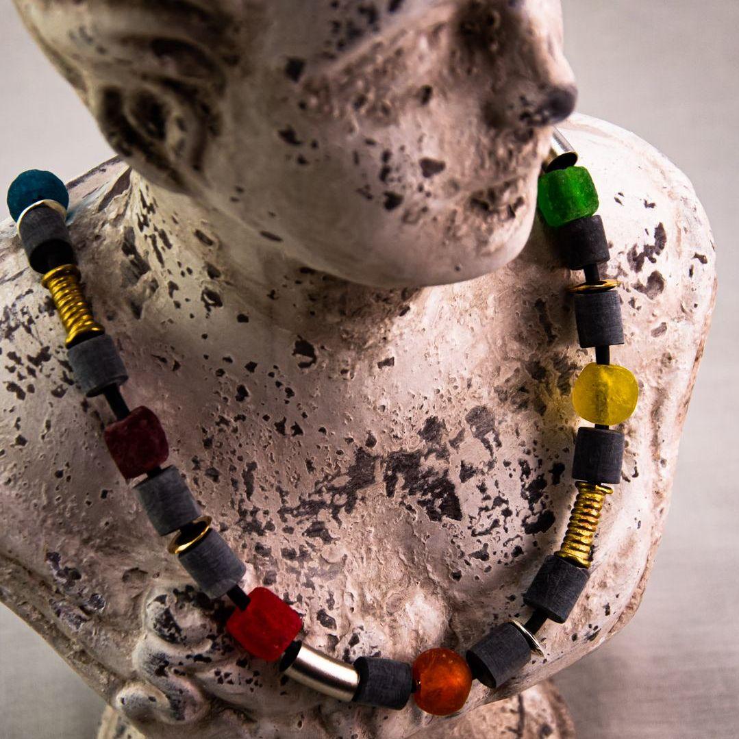 Halskette aus Horn und Kroboglas