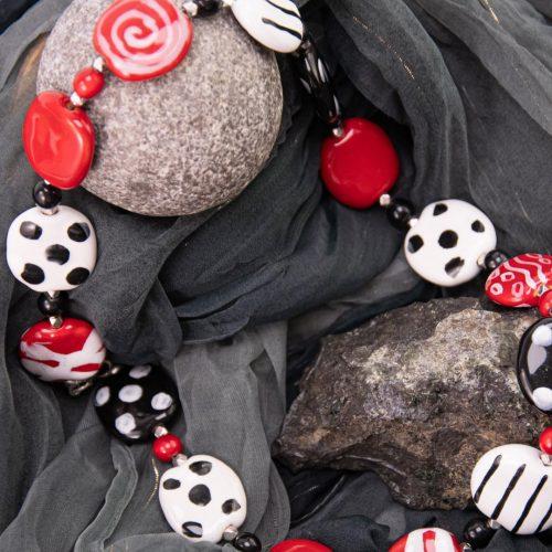 Halskette Kazuri-Keramik schwarz-weiß-rot
